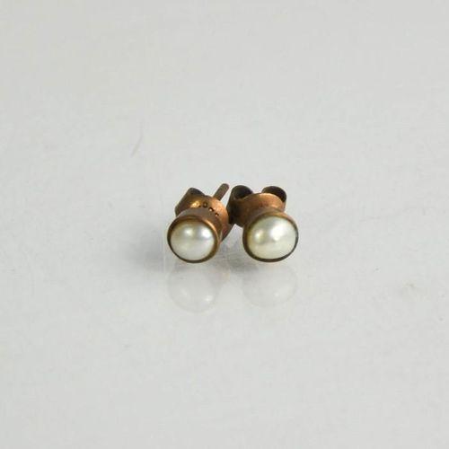 Une paire de boucles d'oreilles en or 9ct et perles.