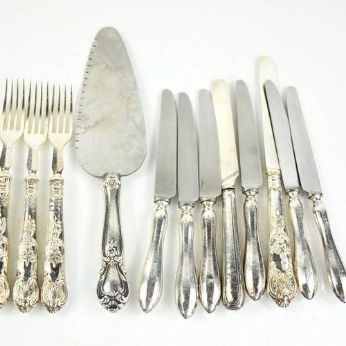 Un ensemble de six couteaux à beurre à manche en argent, un ensemble partiel de …