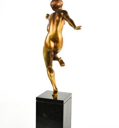 Gauthier, femme en bronze peint à froid, roses à la main, vers 1925, de patine b…