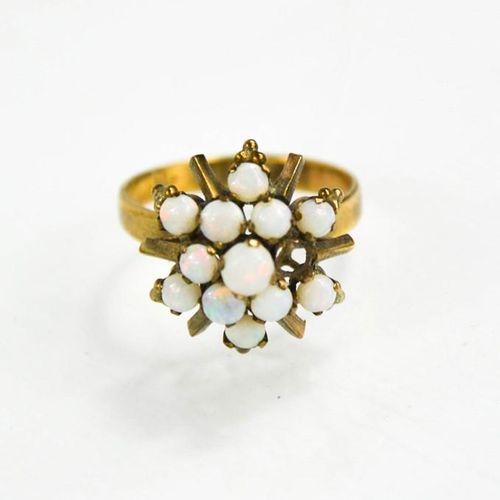 Une bague en or 14ct et opale, taille N/O, 3.2g.