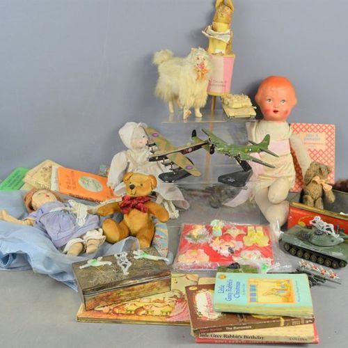 Un groupe de jouets et de livres vintage comprenant Dinky, marionnette Beatrix P…