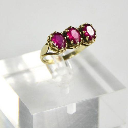 Une bague à trois pierres en or blanc 9ct et tourmaline rose, taille O, 3.65g.