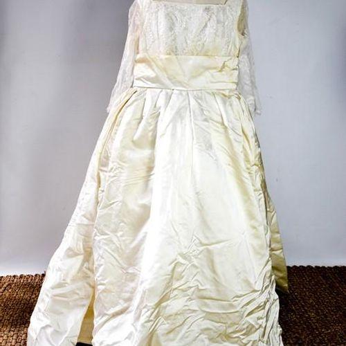 Une robe de mariée vintage en soie et dentelle, avec des manches longues.