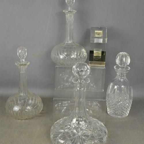 Quatre carafes en verre taillé de forme différente.