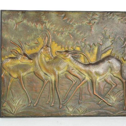 Plaque Art Déco en bronze représentant une gazelle dans une forêt, signée indist…