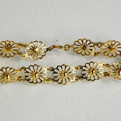Un bracelet en or 9ct, composé de maillons en forme de tête de fleur, 7.16g.