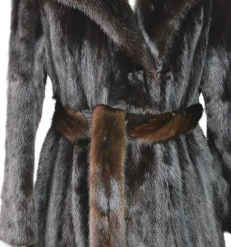 Un manteau de vison pleine longueur et une ceinture, dans le sac d'origine, tail…