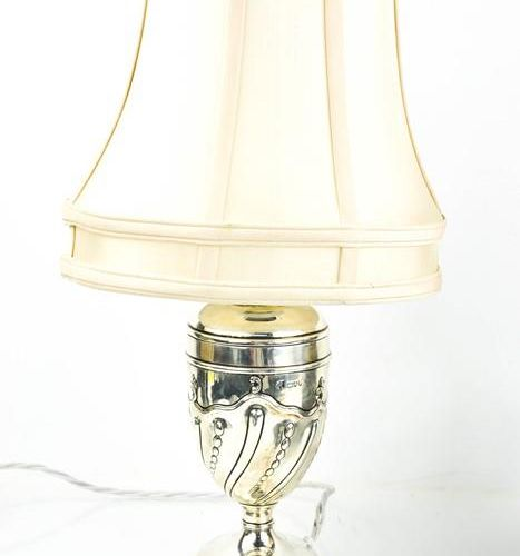 Une lampe victorienne en argent et son abat jour par William Gibson et John Lane…