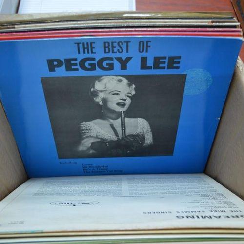 Un groupe de disques 33 tours comprenant Ella Fitzgerald, Lindisfarne, Tammy Wyn…