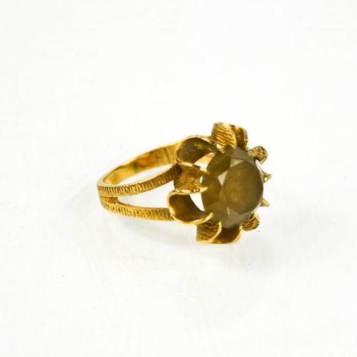 Une bague à tête de fleur en or 9ct et citrine, taille O/P, 5.4g.