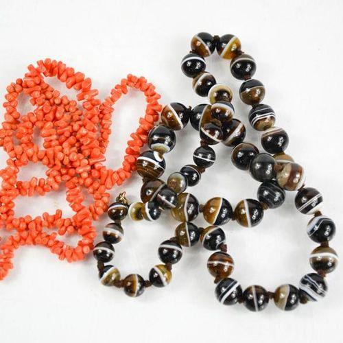 Un collier de perles de corail et d'agate.
