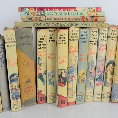 """Un groupe de livres d'Enid Blyton """"famous five"""" et """"Noddy""""."""