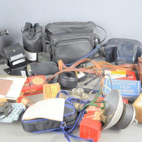 Un groupe d'appareils photo anciens, d'objectifs et d'accessoires, dont un Minol…