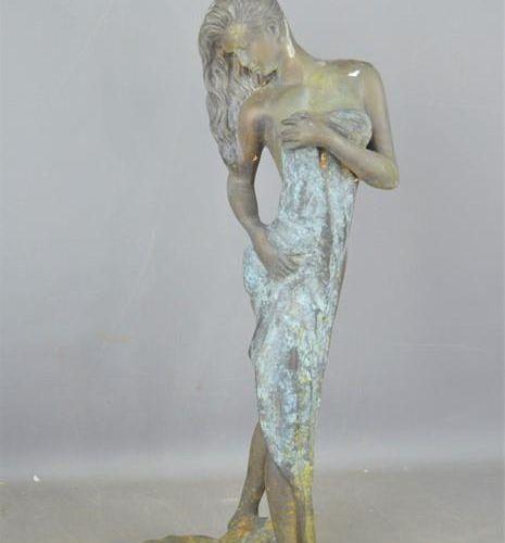 Sculpture en métal d'une femme partiellement nue avec une serviette, 63,5 cm de …
