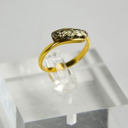 Une bague à cinq pierres en métal jaune (testé en tant qu'or 9ct) et diamant, ta…