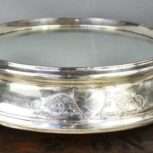 Un présentoir à gâteau de mariage édouardien en métal argenté, avec dessus en mi…