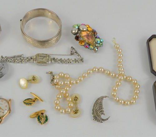 Un ensemble de bijoux comprenant une broche en argent et marcassite, des bracele…
