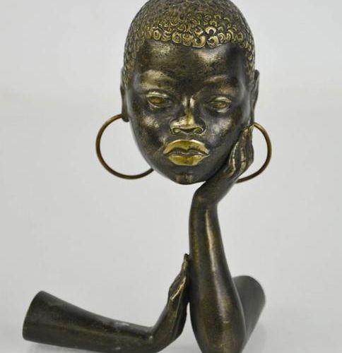 Une sculpture en métal de style Art Déco, vers 1930, représentant une femme afri…
