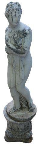 Statue de jardin de style classique sur socle, figure féminine. 158cms