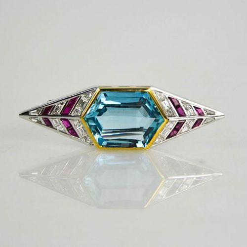 Une broche Art Déco en or jaune 18ct, platine, rubis, diamant et aigue marine, l…