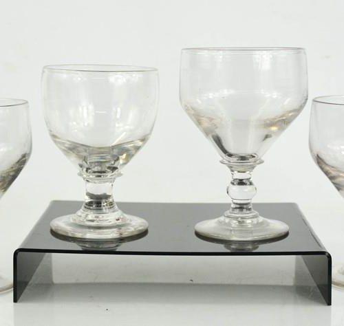 Quatre verres géorgiens, de taille variable, avec pontils en relief à la base, 1…