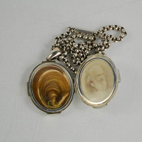 Un médaillon victorien en argent, contenant des cheveux et une photographie sur …