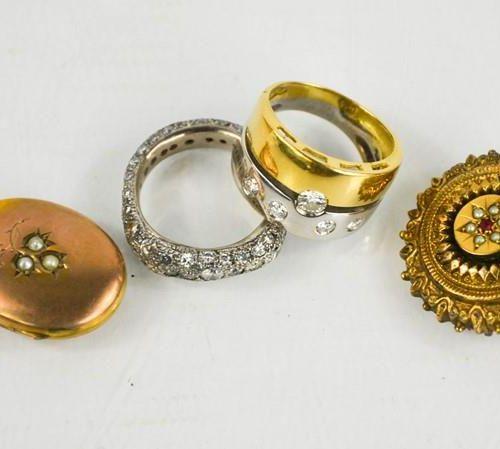 Une broche de deuil victorienne, un pendentif de type médaillon ovale serti de p…
