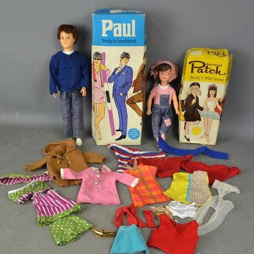 Un Patch et Paul vintage, avec des boîtes originales et un groupe de vêtements a…
