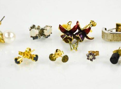 Un groupe de boucles d'oreilles comprenant des exemples en or 9ct, 4.9g.