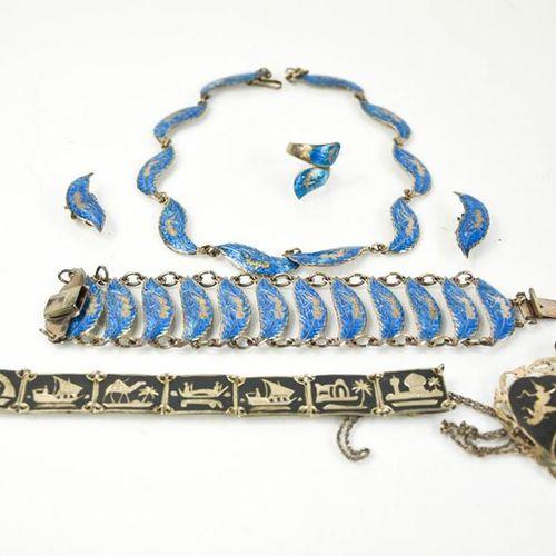 Une parure de bijoux en argent Siam et un bracelet et un pendentif en niellage.