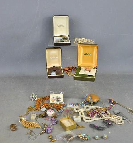 Une sélection de bijoux fantaisie, comprenant des colliers, des broches, un yo y…