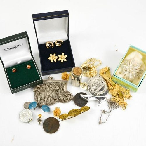 Un ensemble de bijoux comprenant un sac à maillons en argent, des pièces, des br…