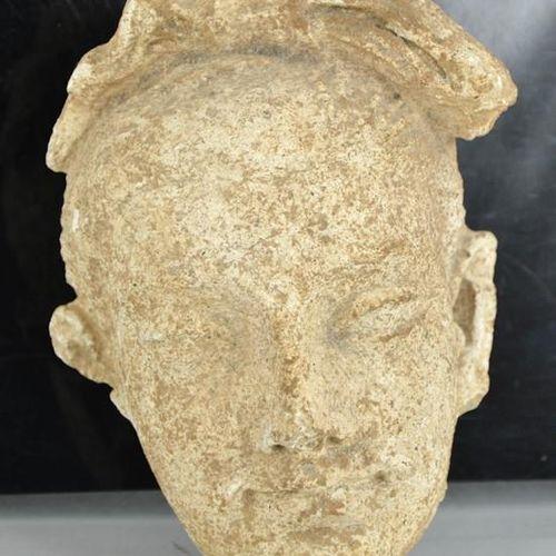 Une rare tête en pierre sculptée du Gandhara, vers 2000 avant J. C. 16 cm de hau…