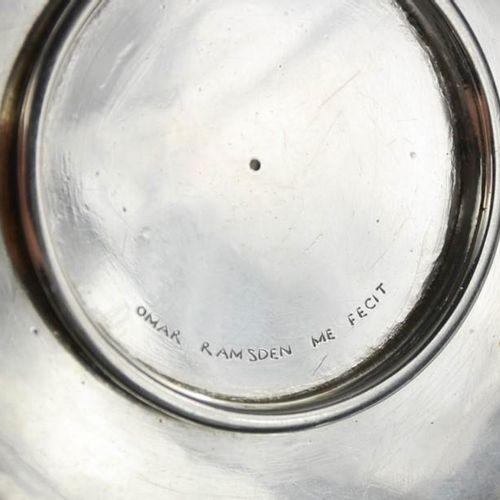 Un plat en argent Omar Ramsden, rose tudor au centre, signé à la base Omar Ramsd…