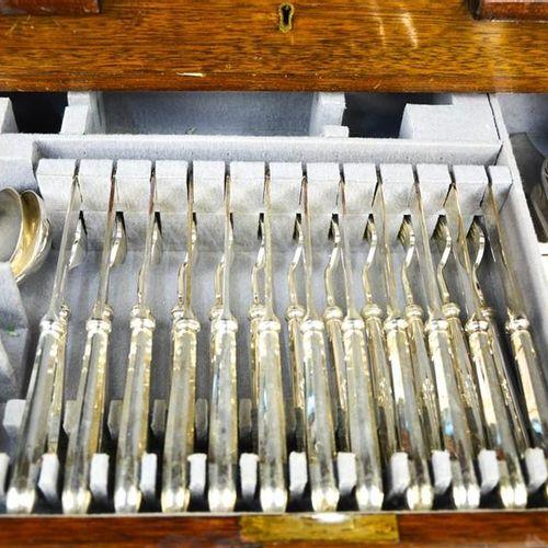 Une cantine de couverts Mappin & Webb en métal argenté, un ensemble complet de d…