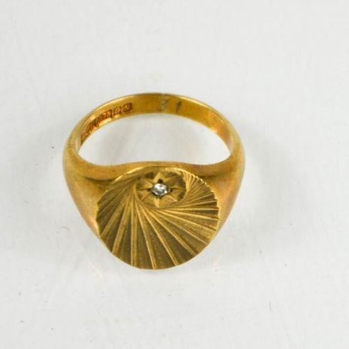 Une bague sigillaire en or 9ct et diamants, taille S/T, 9.13g.