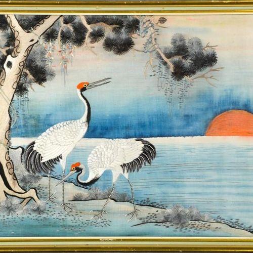 Une broderie japonaise en soie, représentant des grues au coucher du soleil, ver…