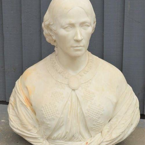 Buste de femme noble en marbre sculpté du début du 19e siècle, 62 cm de haut.