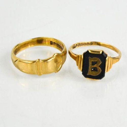 Deux bagues en or 9ct : boucle de ceinture, taille O, et chevalière paraphée B, …