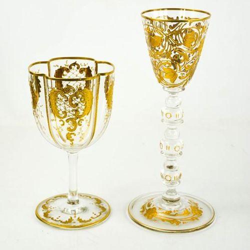 Deux verres dorés, l'un à tige tronconique, l'autre à corps de forme quadrilobée…