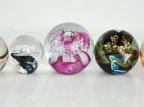 Cinq presse papiers en verre de différents modèles, dont des exemples de Caithne…