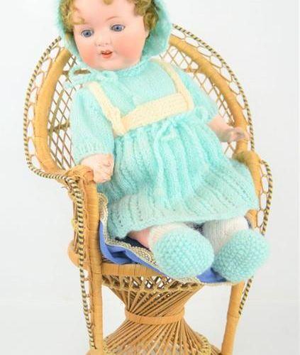 Une poupée bisque Armand Marseille n° 996 et une chaise en osier
