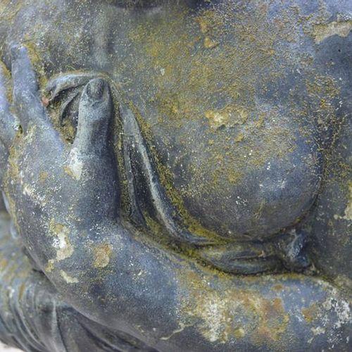 Une sculpture de jardin de style classique, figure féminine, en pierre reconstit…