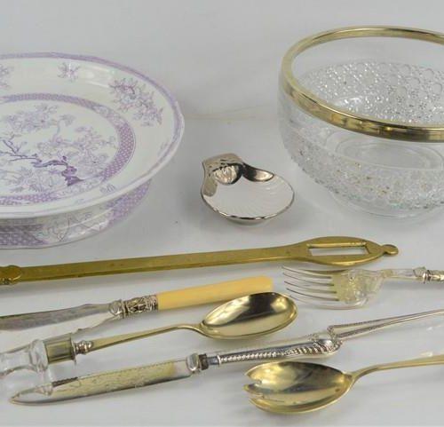 Un groupe d'assiettes en argent comprenant un couteau et une fourchette à poisso…