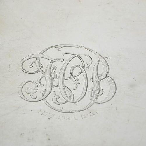 """Un grand plateau en argent avec des initiales gravées et l'inscription """"18 avril…"""