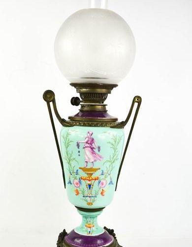 Lampe à huile en porcelaine du 19ème siècle peinte de figures classiques et de f…