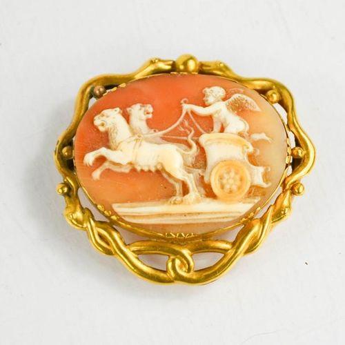 Une broche camée en métal doré, de forme ovale, représentant un chérubin dans un…
