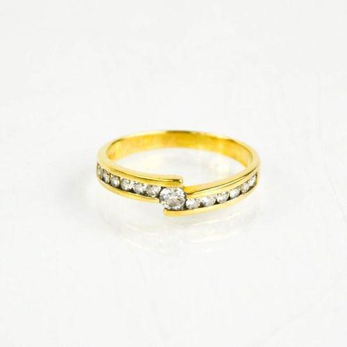 Une bague en or jaune 18ct et diamants, taille M, 2.5g.