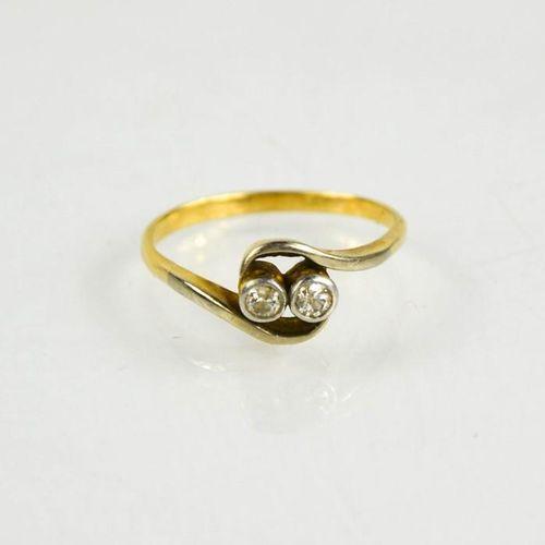 Une bague toi et moi en or (non testé), sertie de deux diamants, taille O½, 2,6g…