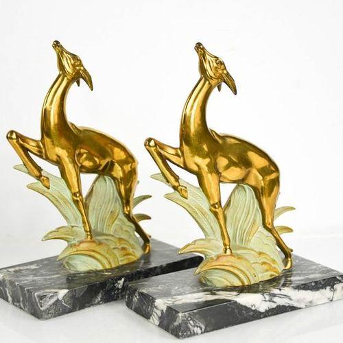 Paire de serre livres Art Déco en forme de cerf sautant, dorés et peints à froid…